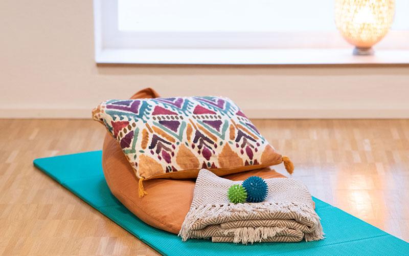 Kissen und Decke auf Sportmatte